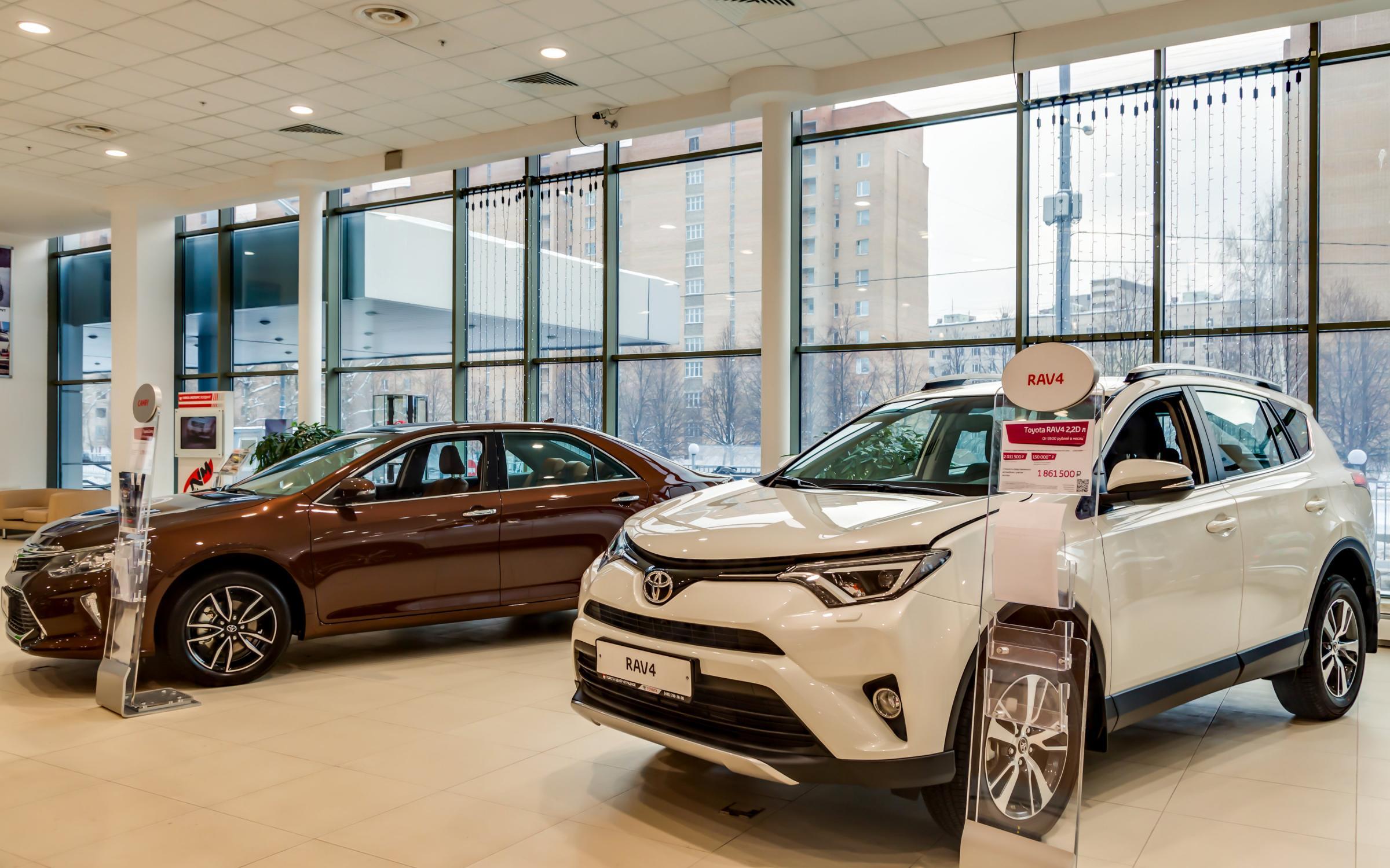 Смотреть новые машины в салонах