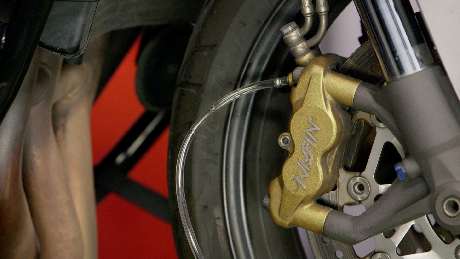 Как быстро и без лишних затрат прокачать тормоза мотоцикла