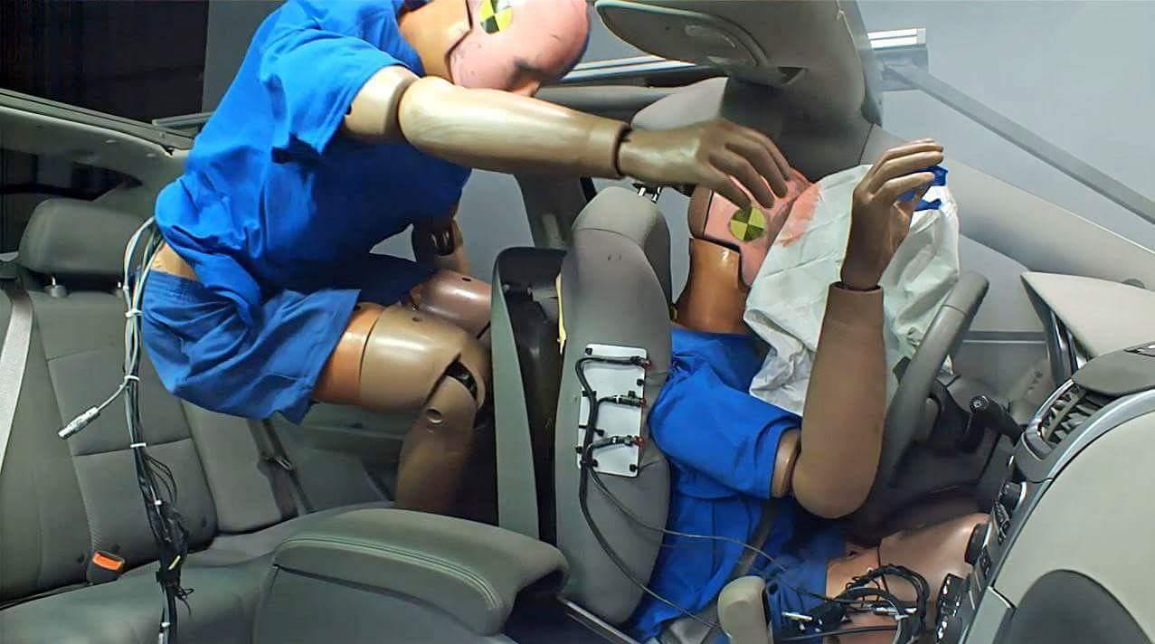 Специалисты доказали, что пассажиры на задних сиденьях авто рискуют больше